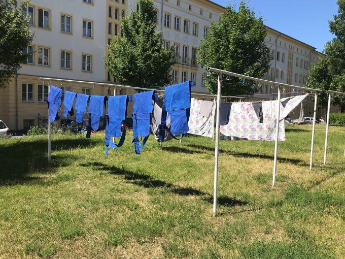"""Barbara Müller: """"Blau tragen"""" Installation, diverse Medien, Intervention im öffentlichen Raum www.barbaramueller.net Leinwand, vernäht, bemalt, Holz, Blech 2018. Foto: Endmoräne e.V."""