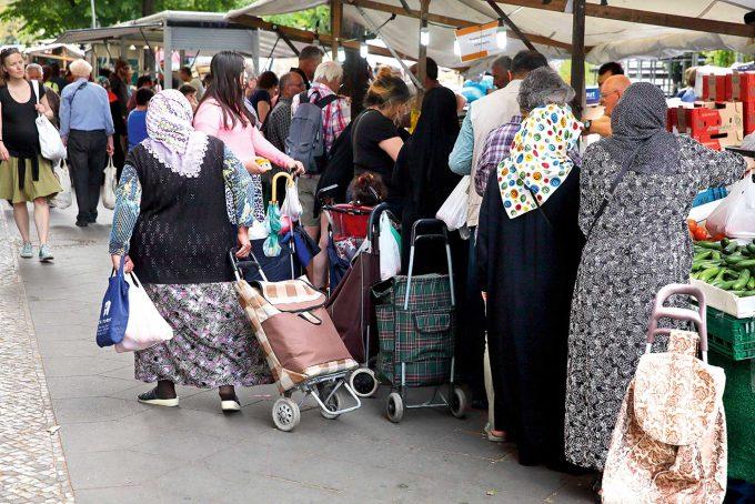 Nur zehn Prozent der Berliner Türken kehren dauerhaft zurück in die alte Heimat, schätzt eine SozialarbeiterinFoto: imago / Revierfoto