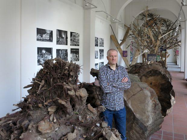 """""""Entwurzelt"""": Installation mit Drucken und Werkstatt von Thomas Kilpper in der Galerie im Saalbau,"""