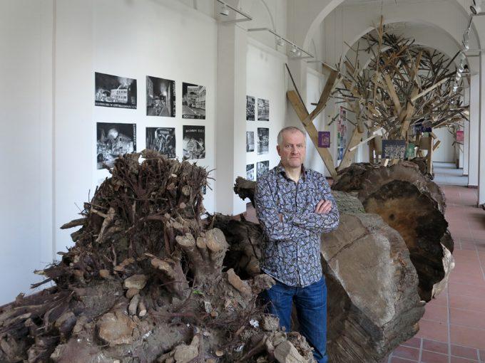 """""""Entwurzelt"""": Installation mit Drucken und Werkstatt von Thomas Kilpper in der Galerie im Saalbau, Neukölln © Nihad Nino Pusija"""