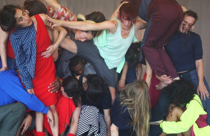 """Flucht auf verschiedenen Bedeutungsebenen: """"Exodos"""" von Sasha Waltz & Guests – Foto: Stylianos Tsatsos"""