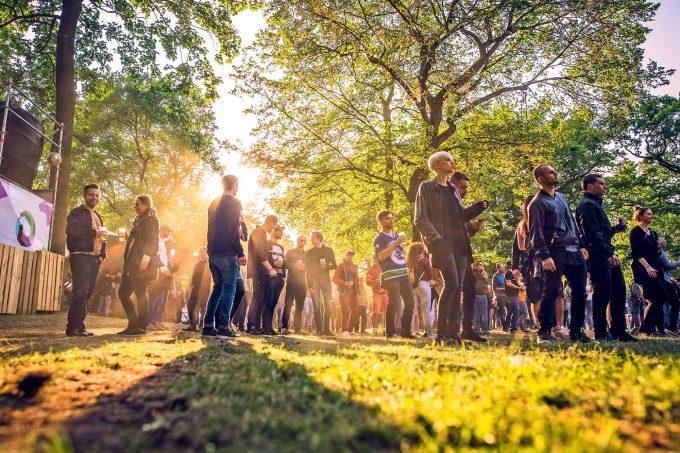 Jedes Wochenende feiern Tausende klandestine Partys auf Berliner Freiflächen – der Senat will sie dabei unterstützen Foto: imago/STAR-MEDIA