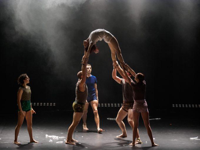 """Die neue Show """"Circa's Peepshow!"""" im Chamaeleon hat der australische Visionär des Neuen Circus' Yaron Lifschitz angerichtet – Foto: Circa Contemporary Circus / the other Richard"""