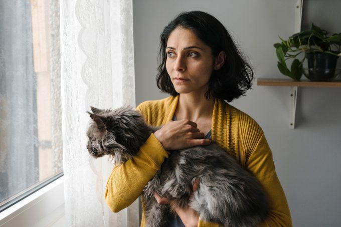"""Pegah Ferydoni als  Mina in """"Die defekte Katze"""" mit derselben – Foto: Hendrik Heiden / Gloryfilm / Alpenrepublik"""