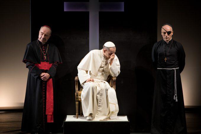 """Georg """"Mary"""" Preusse (Mi.) als Papst Pius XII – Foto: DerDehmel / Urbschat"""
