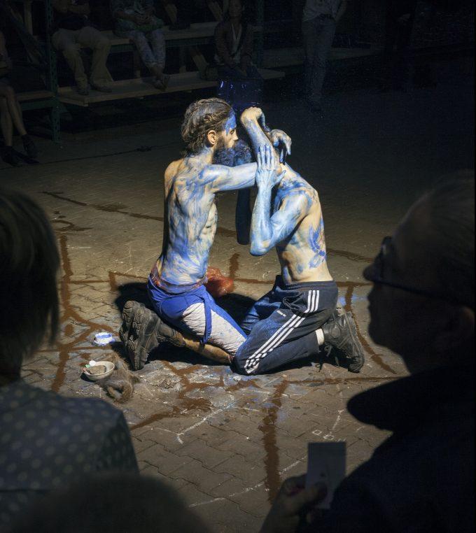 Archäologen der Zukunft: Überall im Raum spielen sich Szenen ab – Foto: Laura van Severen