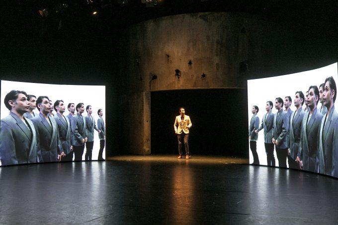 Profit im Bürgerkrieg: Die Geschichte einer Betonfabrik in Syrien im Bühnenbild von Bissane al Charif – Foto: David Baltzer / bildbuehne.de