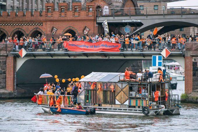 Unterstützung der  Rettungsaktionen im Mittelmeer: #Seebrücke-Demonstration in BerlinFoto: Christian Ditsch / Christian-Ditsch.de / Imago