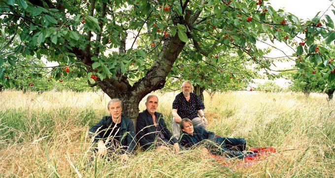 Zar nicht im Prinzenbad, dafür aber gemütlich: Element of Crime unter dem ApfelbaumFoto: Charlotte Goltermann