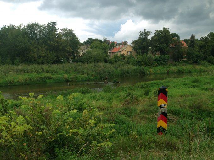 Von der Odergrenze nach Polen (Bild li.) bis zu den Apfelköniginnen von Guben geht die Performance-Reise   Foto: Produktion