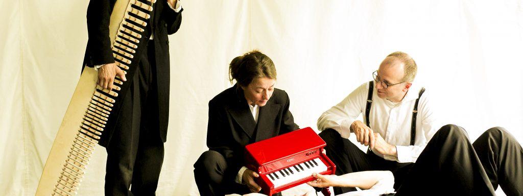 Großes Schauspiel für kleine Kinder: Asad Schwarz, Regine Seidler, Martin Fonfara. Rene Schubert – Probenfoto: David Baltzer