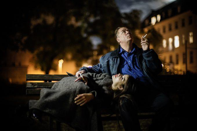 """Erstmal eine rauchen: Maike Knirsch und Peter Kurth in """"Die stillen Trabanten"""", Regie: Armin Petras – Produktionsfoto: Arno Declair"""