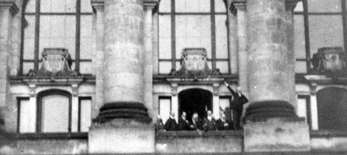 Scheidemann ruft vom Westbalkon (zweites Fenster nördlich des Portikus) des Reichstagsgebäudes die Republik aus.Foto: Wikipedia/Erich Greifer