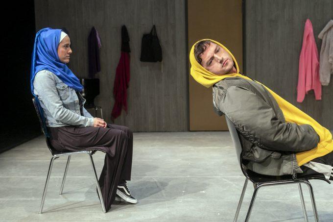 """Ungleiches Paar: Nina Reithmeier, Patrik Cieslik in """"Dschabber"""" von Marcus Youssef – Foto: David Baltzer / bildbuehne.de"""
