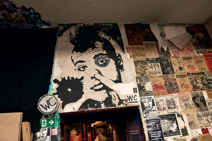 Punk beim Popeln über dem Drugstore-WCFoto: Saskia Uppenkamp