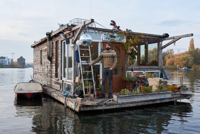 Claudius auf seinem Hausboot   Saskia Uppenkamp