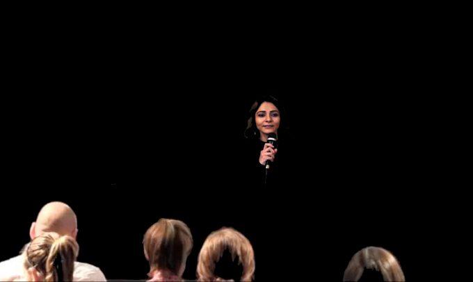 "Pegah Ferydoni wagt sich an das Theaterexperiment ""White Rabbit, Red Rabbit""  – Foto: Aurora Nova"