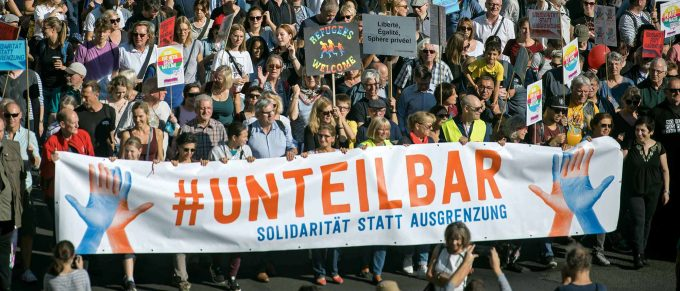 Wollen sich nicht gegeneinander ausspielen lassen: Hundertausende gegen Rechts, Rassismus und EntsolidarisierungFoto: imago / Bildgehege
