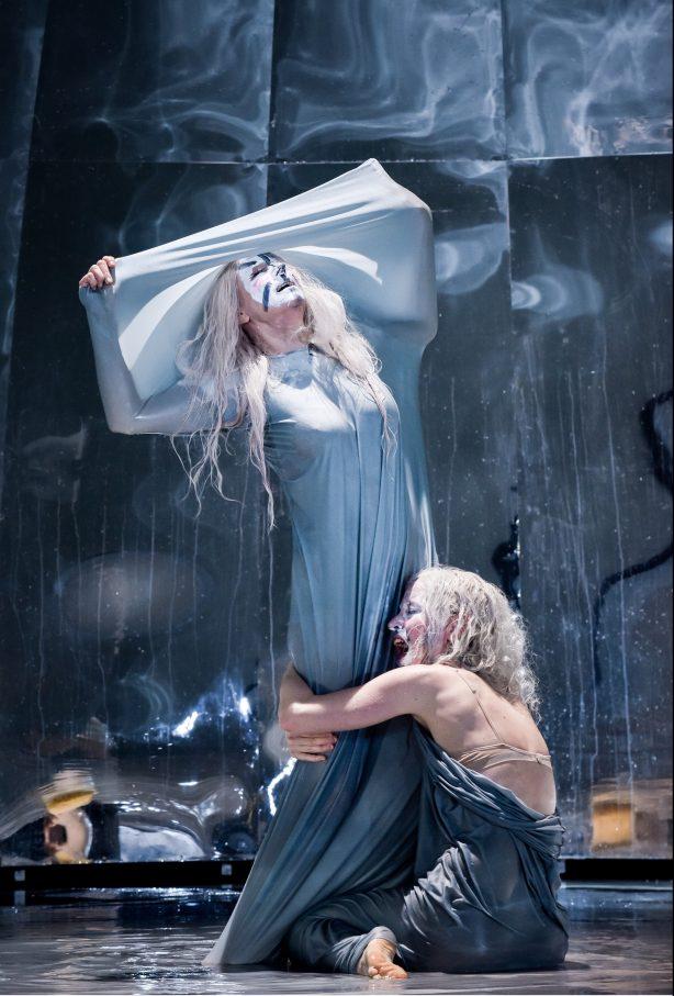 Eine schweigt: Corinna Harfouch, Karin Lithman – Foto: Arno Declair