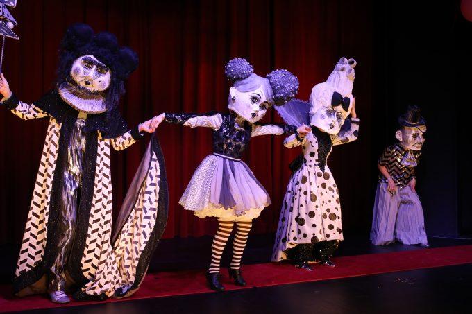 Die Puppen tanzen: Florian Pabst, Hanni Lorenz, Sophia Hankings-Evans, Johannes Schäfer (v.l.n.r.) – Foto: Christian Brachwitz