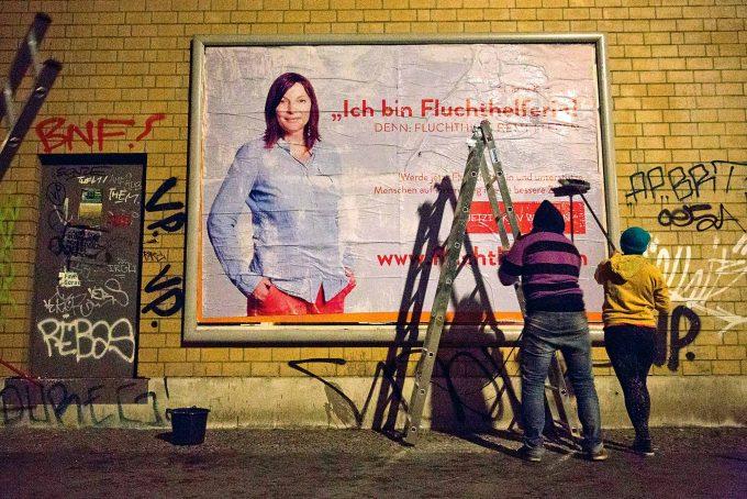 Mimikry für mehr Menschlichkeit: Peng!-Plakate wirken, als  würden höchste Stellen für das Gute werben  Foto: Christian Mang / imago