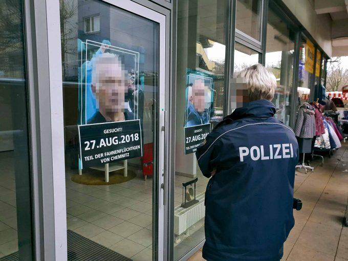 Mit diesen Plakaten fahnden ZPS-Aktivisten nach Nazis, die bei den Hetzjagden von Chemnitz mit mischtenFoto: Harry Haertel / HaertelPRESS / imago