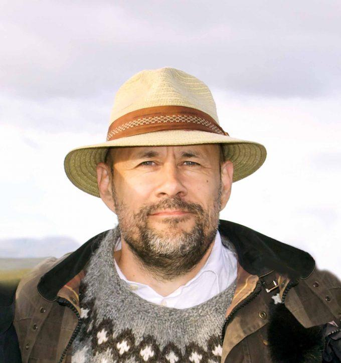 """Benedikt Erlingsson  Erst mit 44 Jahren hat der Autor, Schauspieler und Theaterregisseur 2013 mit """"Von Pferden und Menschen"""" sein  Filmregiedebüt vorgelegt. In """"Gegen den Strom"""" erzählt er nun von einer Frau, die mit Sabotageaktionen gegen die örtliche Aluminiumindustrie vorgeht. Und der Islandpullover ist Pflicht"""