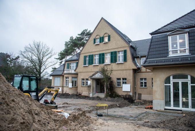 Haus am Waldsee in Berlin-Zehlendorf, kurz vor Abschluss der Bauarbeiten im Januar 2019, die weißen Vierecke an der Fassade gehören zur Ausstellung von Karin Sander. Foto: F. Anthea Schaap