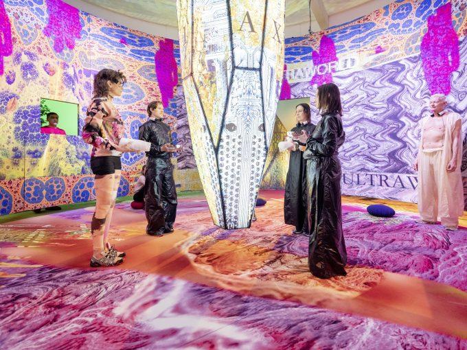 Maskenhafte Avatare im Bühnenraum – ratlos - Foto: Julian Roeder