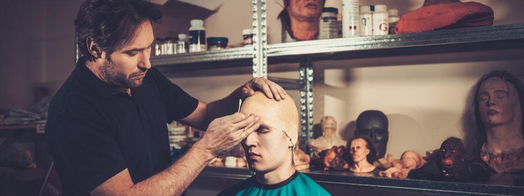 Men during lifecasting process in a prosthetic special fx workshop | Foto: NEJRON PHOTO / stock.adobe.com