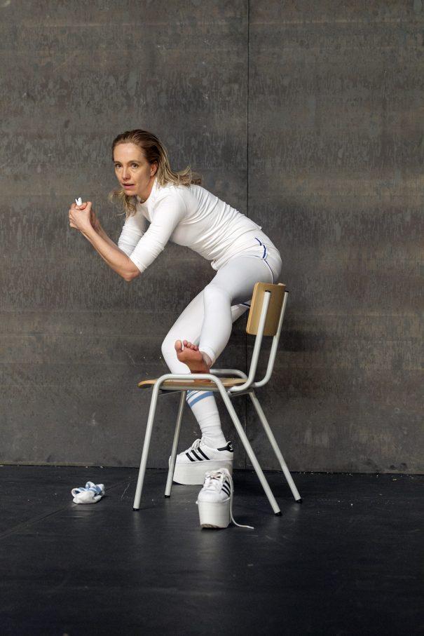 """Ursina Lardi als Tenniscrack Hal Incandenza in """"Unendlicher Spaß"""" – Foto: David Baltzer / bildbuehne.de"""