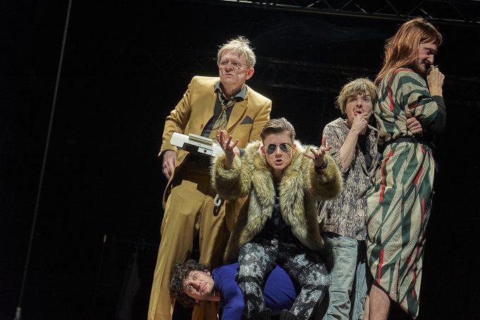 Fünf Personen suchen einen Autor: Veit Schubert, Carina Zichner, Kathrin Wehlisch, Felix Rech und (unten) Bardo Böhlefeld  – Foto: Matthias Horn