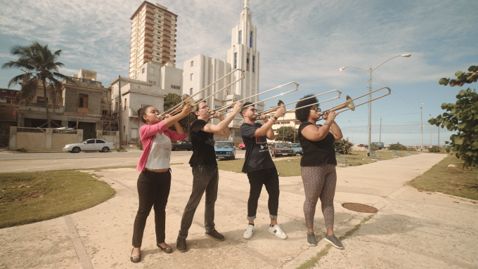 Die Posaunen aus Havanna üben sich musikalkisch in revolutionärer Praxis – Fotos: Mikko Gaestel/Expander