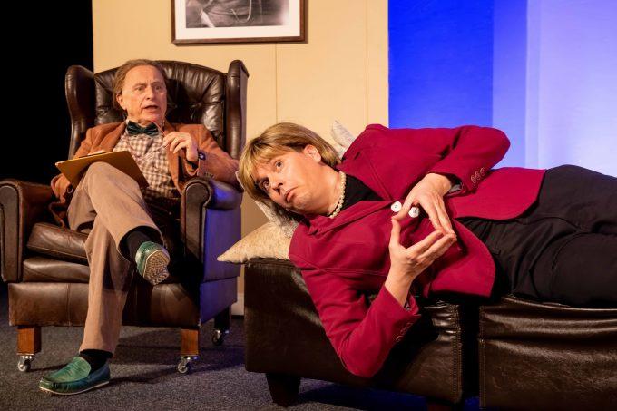 Angela mit Raute auf der Therapiecouch – Foto: Chris Gonz
