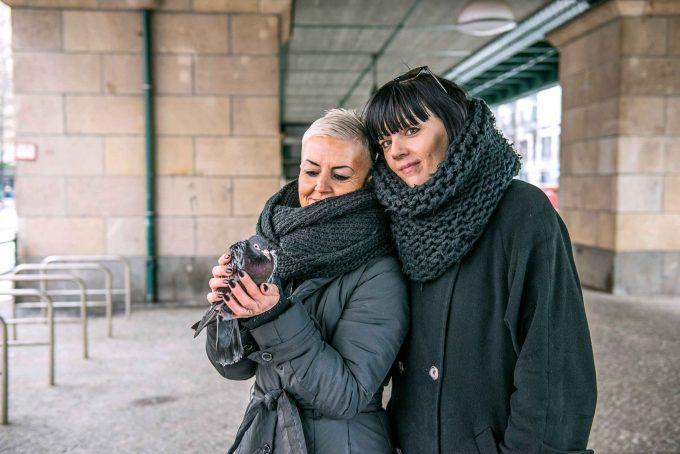 Tauben retten ist für Doreen Rothe (l.) und Anni Anja Marks weit mehr als nur ein HobbyFoto: F. Abthea Schaap