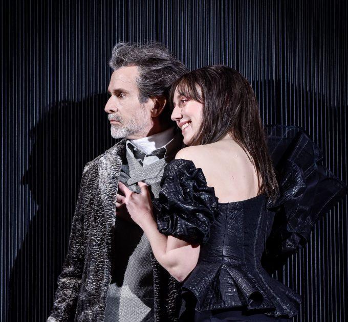 Querkopf trifft Gothic-Queen: Ulrich Matthes, Franziska Machens – Foto: Arno Declair
