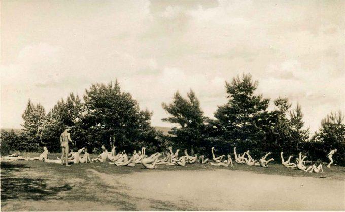Nudismus hat eine Geschichte, die bis ins Kaiserreich zurückreicht. Auch die Nazis machten sich FKK zu eigen.  Hier ein Nudistencamp vor den Toren Berlins in den 1930er-Jahren Foto: Sludge G / CC BY-SA 2.0 / flickr