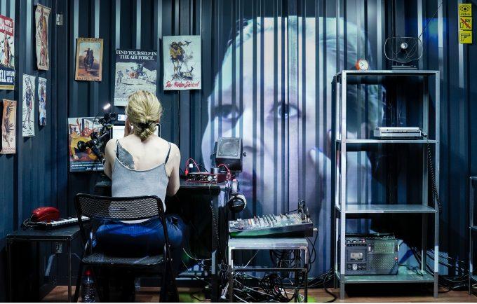 """Anja Schneider als zwangsgeerdete Pilotin in  """"Am Boden"""" von George Brant – Foto: Arno Declair"""