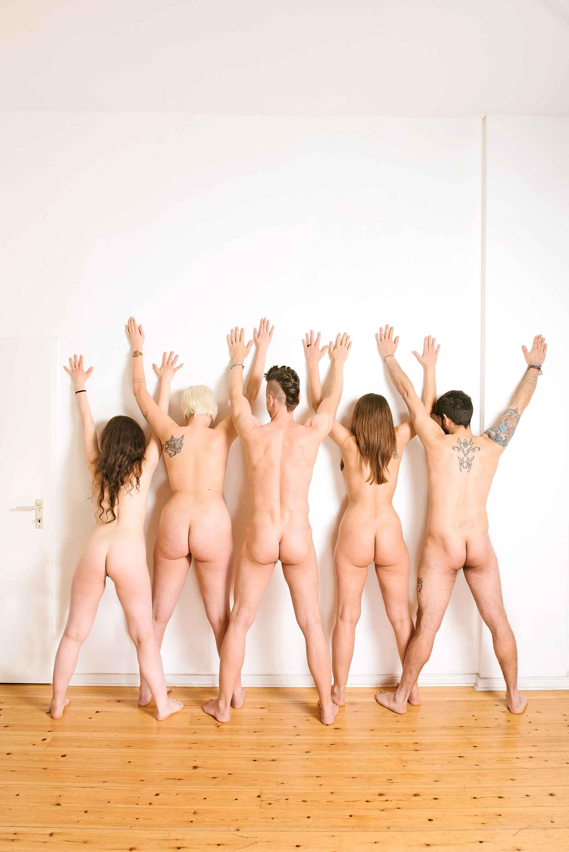 Junge frauen angezogen und nackt