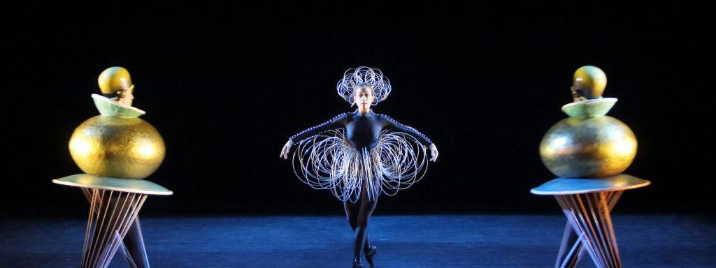 """Zeitlos modern:  """"Das Triadische Ballett"""" – Foto: Wilfried Hösl"""