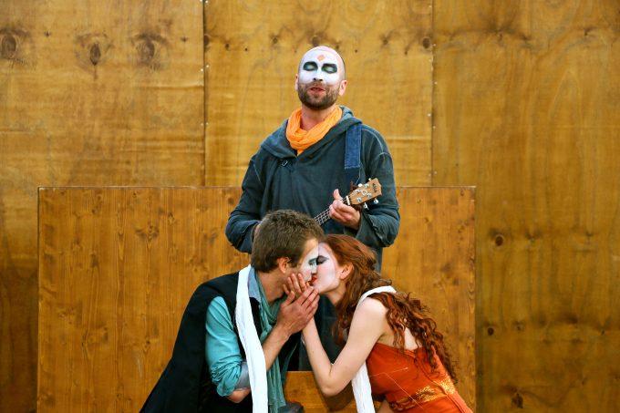 Schlag nach bei Shakespeare: Maximilian Wrede, Lorenz Liebold, Nadja Schimonski (v.l.n.r.) – Foto: Elitza Nanova / nanova-photography.com
