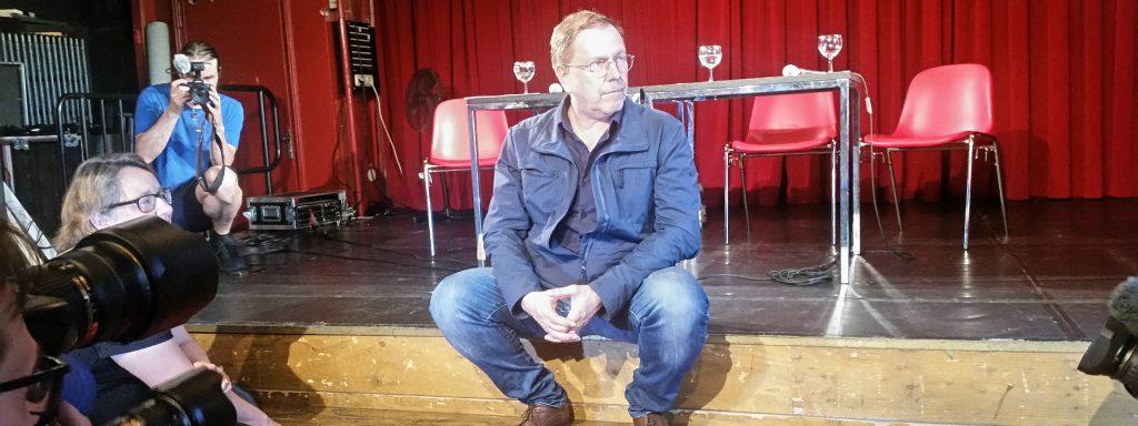 René Pollesch nach der Bekanntgabe seiner designierten Volksbühnen-Intendanz im Roten Salon der Volksbühne – Foto: Friedhelm Teicke