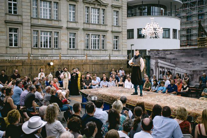 Freilufttheater im Monbijoupark: Statt Amphitheater dient nun ein Provisorium als Bühne – Foto: Jekaterina Saveljeva / Theater an der Museumsinsel