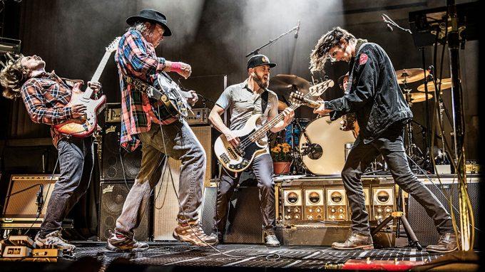 Gitarrenduelle und Holzfällerhemd – das Tourplakatfoto hat nicht gelogen – Foto: Live Nation