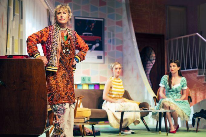 Mutter und Tochter im Stück wie Leben: Beatrice (vorne) und Judith Richter (Mitte) mit Katrin Hauptmann – Foto: Franziska Strauss