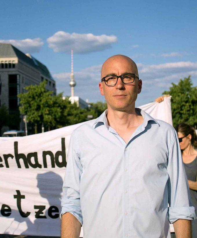 Marko Dörre von der Initiative Klimanotstand Berlin bei einer Klimamahnwache vor dem Brandenburger TorFOTO: SARAH BERGMANN