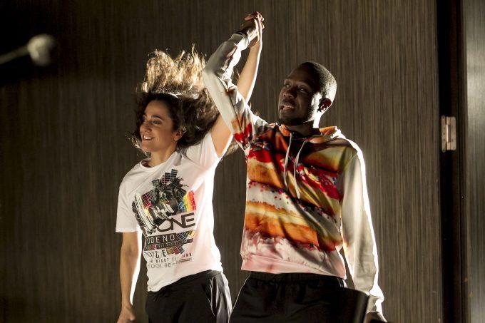 """Nina Reithmeier und Rapper Matondo Castlo bei einer Werkstattaufführung von """"Ankommen is WLAN"""" – Foto: David Baltzer / bildbuehne.de"""