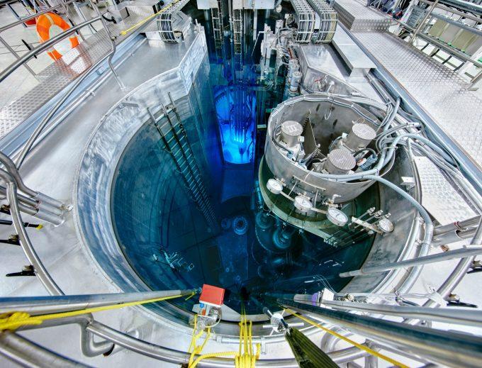 Blick ins Reaktorbecken BER II mit Kern