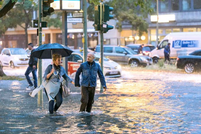 Extremwetter: Starkregen in Berlin 2017Fotos: Marius Schwarz / imago images; Bettina Kasten