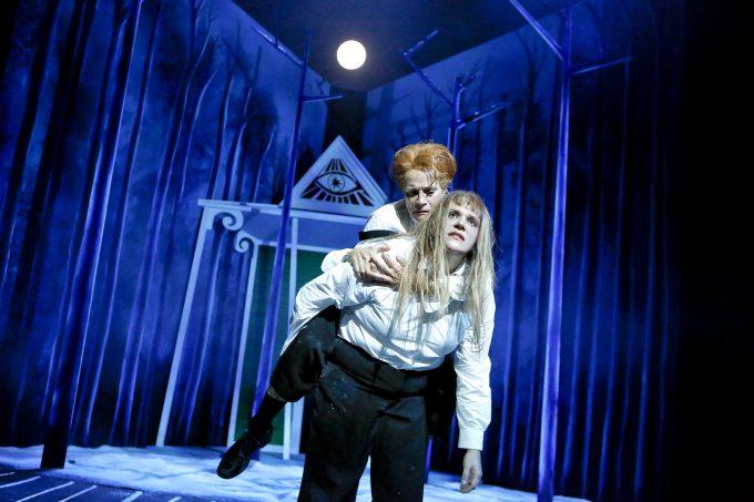 Stefanie Reinsperger als Baal (mit Kate Strong) – Foto: Birgit Hupfeld